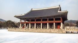 www.thesoulguide.com/Tampak keseluruhan dari Pavilion Gyeonghoeru dengan detailnya, dari sisi daratannya