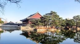 www.theseoulguide.com/Keberadaan Pavilion Gyeonghoeru, dari sisi danau dan sebelah kanan dari sisi dataran istana