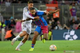 Penyerang Barcelona, Memphis Depay saat melawan Granada di Liga Spanyol (21/9/2021). ANTARA/AFP/LLUIS GENE