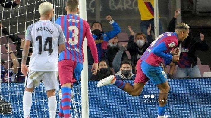 Pemain Barcelona Ronald Araujo merayakan golnya di menit akhir laga melawan Granada.Foto: Lluis Gene/AFP via tribun-bali.com