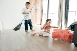 Anak merapihkan mainan | Sumber: housewifehowtos.com