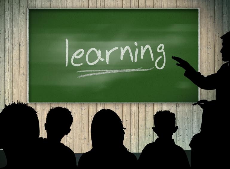 ilustrasi belajar di kelas. (Gambar oleh Gerd Altmann: Pixabay)