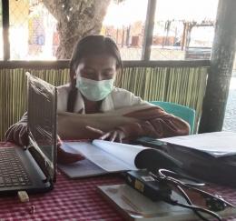 Maria Elisabeth Tahoni, Guru PPL (Praktek Pengalaman Lapangan) asal Sekolah Tinggi Ilmu Pastoran, Keuskupan Atambua. Kini praktek di SMAK Santa Filome