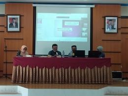 Nara sumber sedang memberikan penjelasan materi kepada peserta Dialog Sastra/Dokpri