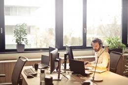 Ilustrasi pekerja di sebuah instansi pemerintahan   Sumber: Pexels/Bruce Mars
