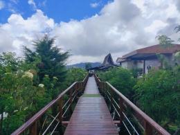Jembatan kayu di tepi danau Beratan, Bedugul (Sumber:dok.pribadi).