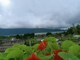 Pemandangan danau dilihat dari Rumah Gemuk (Sumber: dok.pribadi).