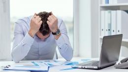 Pegawai yang sedang mengalami stress kerja (sumber : tribunnews.com)
