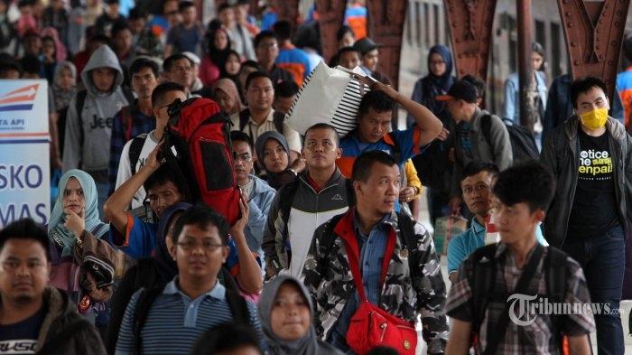 Ilustrasi perantau memadati stasiun kereta  Sumber: Tribunnews/Irwan Rismawan