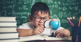 Anak yang Memiliki Rasa Ingin Tahu Tinggi   Sumber: Freepik/jcomp