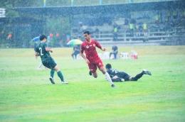Messi Bria berjibaku dengan pemain Sulut United. Sumber: Media PON NTT