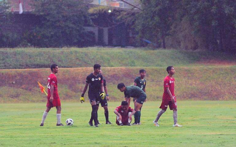 Messi Bria (4) dan Joshu (GK) ketika menjalani laga ujicoba melawan Sulut United. Foto: MB PON NTT