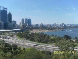 Dari atas Kings Park terlihat Swan River dan Darling Ranges (Dok Pribadi)