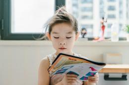 Cara agar anak cepat membaca lainnya adalah dengan memintanya membaca daalam kerangka waktu yang ditentukan.(UNSPLASH/JERRY WANG)