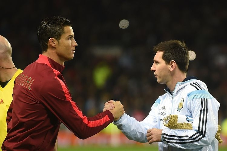 Striker Argentina Lionel Messi (kanan) berjabat tangan dengan striker Portugal Cristiano Ronaldo (kiri) menjelang pertandingan persahabatan internasional. (Foto: AFP/PAUL ELLIS via kompas.com)