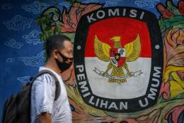 Warga melintas di depan mural bertema pemilihan umum di kawasan Pasar Anyar, Kota Tangerang, Banten, Kamis (7/5/2020). (ANTARA FOTO/FAUZAN via kompas.com)