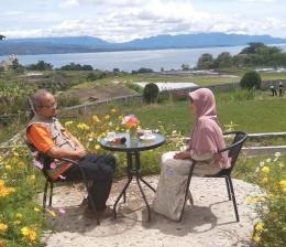 Berfoto dengan latar belakang Danau Toba (Foto pribadi)