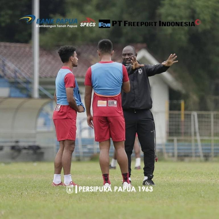 Foto: Jacksen Tiago Sedang Memberikan Arahan Kepala Pemain Persipura/Sumber: @persipurapapua1963