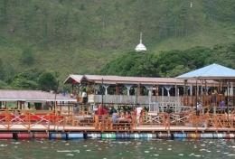 Rumah makan terapung di Desa Tongging (Foto pribadi)