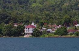 Pemandangan Pulau Samosir dari kapal di Danau Toba (Foto : Pribadi)