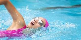 Berenang (sumber: sehatq.com)