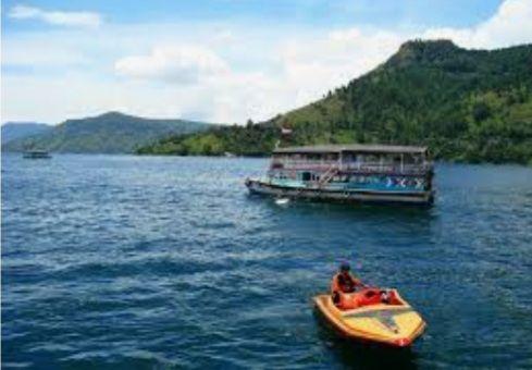Gambar.anekatempatwisata.com./ Panorama Danau Toba dengan sarana transportasi
