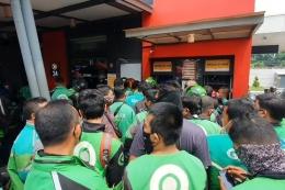 Ratusan driver ojek online mengantri BTS Meal di Jalan Sisingamangaraja, Medan, Sumatera Utara, Rabu (9/6/2021)(KOMPAS.com/DANIEL PEKUWALI)