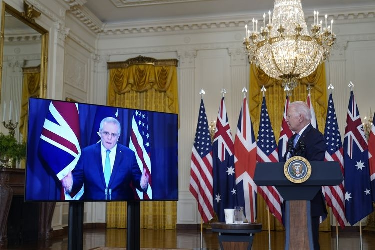 Presiden Amerika Serikat Joe Biden mendengarkan Perdana Menteri Australia Scott Morrison dan Perdana Menteri Inggris Boris Johnson, ketika mereka mengumumkan pakta kerja sama di East Room Gedung Putih, Washington DC, 15 September 2021.| Sumber: AP PHOTO/Andrew Harnik via Kompas.com