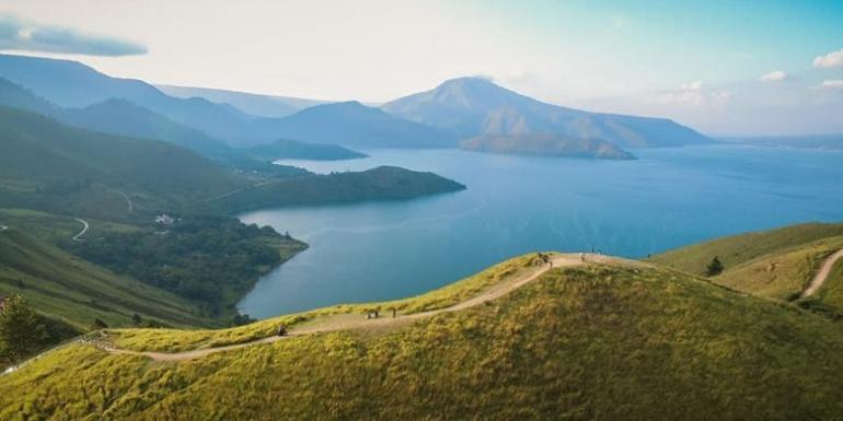 Pemandangan Danau Toba dari Bukit Holbung (dok. Facebook Dinas Pariwisata Kab. Samosir)