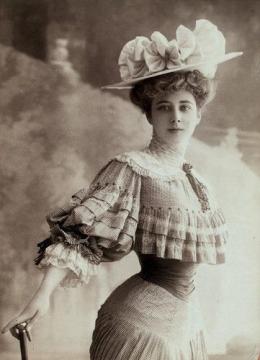 Wanita dengan pimggang kecil|Sumber gambar : historicalsewing