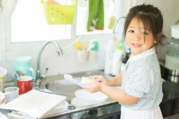 Orangtua mengarjakan anak mengerjakan pekerjaan rumah tangga | Sumber: shutterstock via lifestyle.kompas.com