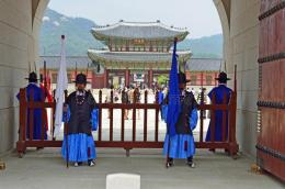 www.dreamtime.com/Penjaga2 Istana Gyeongbokgung, sesaat sebelum dan setelah pergantian penjaga