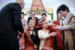 Mangulosi dalam pernikahan (sumber: Visitsamosir.com)