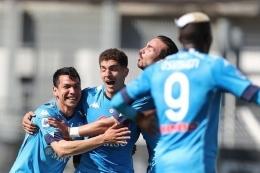 Para pemain Napoli merayakan gol. (Foto: AFP/ GABRIELE MALTINTI via kompas.com)