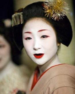 Seorang Geisha dengan gigi hitamnya|Sumber gambar : lesleydowner