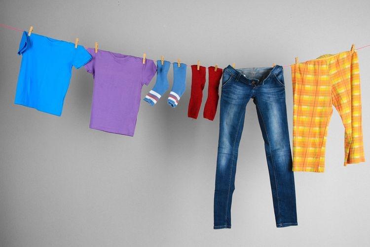 Ilustrasi menjemur pakaian di dalam rumah. (sumber: SHUTTERSTOCK/AFRICA STUDIO via kompas.com)