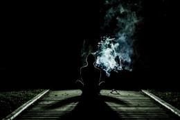 Ilustrasi seorang lelaki termenung di malam hari. (Foto: Free-Photos Via Pixabay)