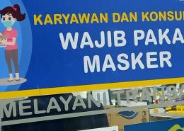 Stiker aturan kewajiban memakai masker di minimarket. | Foto: widikurniawan