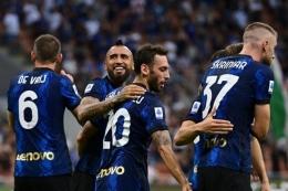 Para pemain Inter yang merayakan gol Halkan ke gawang Genoa. Foto: AFP/Miguel Medina via Kompas.com