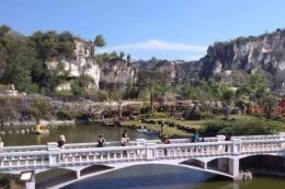 Bekas galian tambang batu kapur yang di sulap menjadi destinasi wisata setigi di Desa Sekapuk, Gresik | Gambar : kompas.com/ Achmad Faizal
