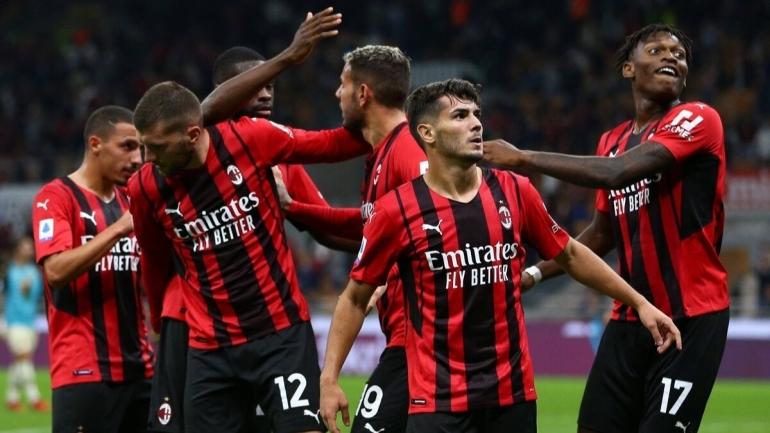 Pemain AC Milan merayakan gol ke gawang Venezia. (via truthunfold.com)