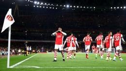 Pemain Arsenal merayakan gol ke gawang AFC Wimbledon. (via footballace.org)