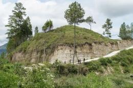 Lapisan pada tebing yang terbentuk akibat sedimentasi batuan vulkanik dari supereruption Gunung Toba (Nationalgeoraphic.grid.id)
