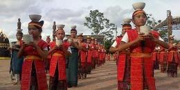 Tari tor-tor cawan persembahan anak-anak dari Samosir pada acara pembukaan Festival Danau Toba 2013 di Samosir, (Foto: Kompas.C0m/Fitri Prawitasari)