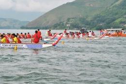 Festival Mangebang Solu Bolon, Danau Toba pun diramaikan puluhan perahu besar (solu bolon) yang berlomba. (Foto visitsamosir.com)