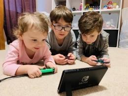 Illustrasi anak bermain game (Sumber: askaboutgames.com)