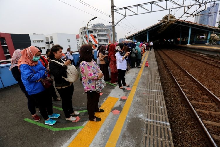 Antrean penumpang kereta | KOMPAS.com/GARRY ANDREW LOTULUNG