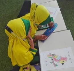 Di TK, anak-anak mendapatkan pondasi pengalaman belajar melalui kegiatan pembelajaran yang menyenangkan (Dokumentasi pribadi)