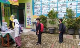 Pengecekan kondisi siswa sebelum masuk ke dalam kelas/dokpri