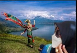 Ilustrasi sang putri di tepi Danau Toba, foto via Indonesiatravel.com dan foto pribadi hasi olah di CapCut